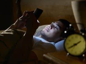 Ilustrasi Bermain Ponsel Sebelum Tidur